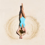 Piękna i seksowna blondynki kobieta w turkusowym swimsuit, piaskowata plaża Fotografia Stock