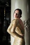 Piękna i seksowna kobieta w złoto sukni obraz royalty free