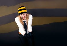 Piękna i szczęśliwa blondynka wrzeszczy coś w a Zdjęcie Stock