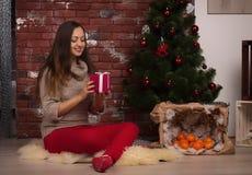 Piękna i szczęśliwa dziewczyna z boże narodzenie prezentem zdjęcie stock