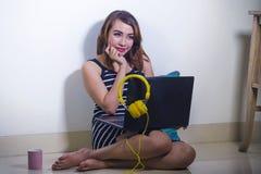 Piękna i szczęśliwa freelancer dziewczyna używa laptopu workin Fotografia Stock