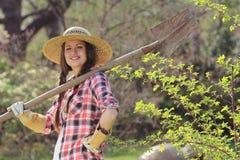 Piękna i uśmiechnięta dziewczyna pozuje z łopatą fotografia royalty free