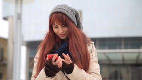 Piękna imbirowa czerwona z włosami kobieta używa mądrze telefon technologię app przy miasto ulicami żyje miastowego szczęśliwego  zbiory wideo