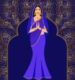 Piękna Indiańska brunetki młoda kobieta w kolorowym sari przeciw tłu ornament Obrazy Royalty Free