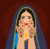 Piękna Indiańska brunetki młoda kobieta w sari Zdjęcia Stock