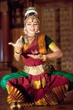Piękna Indiańska dziewczyna tanczy Kuchipudi Indiańskiego tana Obrazy Stock