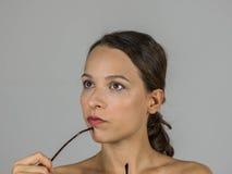 Piękna intelektualna dziewczyna z szkłami Zdjęcie Royalty Free