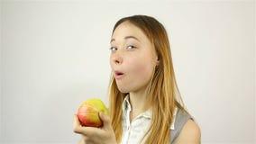 piękna jabłczana blisko jeść czerwone w młodych kobiet zdjęcie wideo