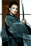 Piękna japońska kimonowa kobieta z samuraja kordzikiem Obraz Royalty Free