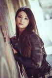 Piękna japońska kobieta jest ubranym rzemiennego jac w miastowym tle Obraz Royalty Free
