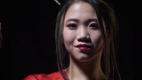 Piękna japońska kobieta wyciąga kindżał z uśmiechem zbiory