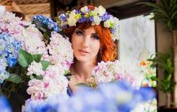 Piękna jaskrawa czerwona z włosami dziewczyna z kwiatami Fotografia brać 08 22 2015 Obrazy Royalty Free