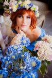 Piękna jaskrawa czerwona z włosami dziewczyna z kwiatami Fotografia brać 08 22 2015 Zdjęcie Stock