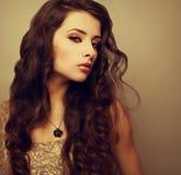Piękna jaskrawa makeup kobieta z długim kędzierzawym włosy fotografia stock