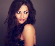 Piękna jaskrawa makeup kobieta z kędzierzawy długie włosy stylowy patrzeć zdjęcia royalty free