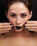 Piękna jaskrawa wieczór makeup kobieta, czarny gwoździa połysk i czarna pomadka, Zdjęcie Stock