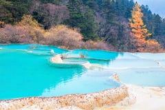 Piękna jasna woda z błękitnym wapnienie stawem Fotografia Stock