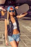 Piękna jeździć na deskorolce dziewczyna zdjęcie stock