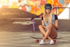 Piękna jeździć na deskorolce dziewczyna zdjęcia royalty free