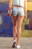 Piękna jeździć na deskorolce dziewczyna obrazy stock