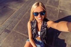 Piękna jeździć na deskorolce dziewczyna fotografia stock