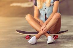 Piękna jeździć na deskorolce dziewczyna obraz stock