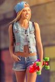 Piękna jeździć na deskorolce dziewczyna zdjęcie royalty free