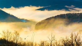 Piękna jesień wycieczkuje w berchtesgadener alps z mgłą w oszałamiająco widokach i valey obraz royalty free