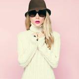 Piękna jesieni dziewczyna w ciepłym pulowerze Obraz Royalty Free