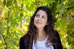 Piękna jesieni kobieta w złotym parku Zdjęcia Royalty Free