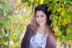 Piękna jesieni kobieta w złotym parku Zdjęcia Stock