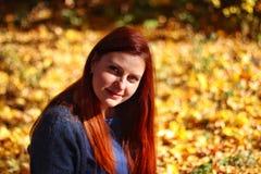 Piękna jesieni kobieta z jesień liśćmi zdjęcia royalty free
