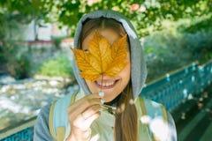 Piękna jesieni kobieta z jesień liśćmi na spadek natury tle Obrazy Stock