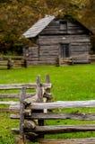 Piękna jesieni scena pokazuje nieociosaną starą beli kabinę otaczał b Zdjęcia Stock