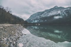Piękna jeziorna Saalach rzeka w Niemieckich i Austriackich Alps z dużymi śnieżnymi górami na tle w zimie Mglisty zielony jezioro  Zdjęcia Stock