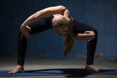 Piękna joga kobiety pozycja w Pokrętnej Sumo kucnięcia pozie Zdjęcia Royalty Free