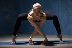 Piękna joga kobiety pozycja w Przednim chylenia kucnięciu Fotografia Royalty Free