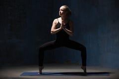 Piękna joga kobiety pozycja w Sumo kucnięcia pozie Fotografia Royalty Free