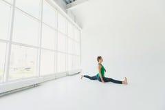 Piękna joga kobiety praktyka w dużym nadokiennym sala tle Joga pojęcie Fotografia Stock