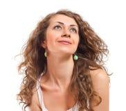 Piękna kędzierzawa młoda kobieta na białym tle Obrazy Royalty Free