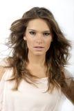 piękna kędzierzawego włosy długa portreta kobieta Zdjęcia Stock