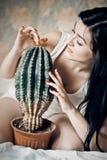 piękna kaktusowa zbliżenia portreta kobieta Fotografia Stock