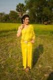 Piękna Kambodżańska Azjatycka panna młoda w Tradycyjnej Ślubnej sukni w Ryżowym polu Obraz Royalty Free