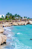 Piękna palmy plaża, pluśnięcia morza fala i niebieskie niebo. Rasa Sid Um Zdjęcia Stock