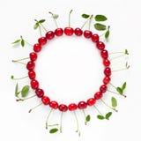 Piękna karmowa okrąg rama czerwone dojrzałe wiśnie fotografia royalty free