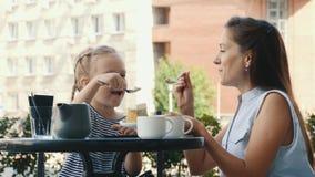 Piękna Kaukaska matka I Mała córka Jemy tort Wpólnie W Plenerowej kawiarni zdjęcie wideo
