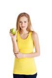 Piękna kauzalna caucasian kobieta trzyma świeżego zielonego jabłka z Fotografia Stock