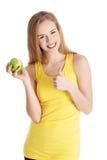 Piękna kauzalna caucasian kobieta trzyma świeżego zielonego jabłka z Zdjęcia Royalty Free