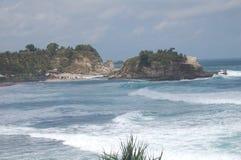 Piękna Klayar plaża z falami tworzy oceanicznych flety fotografia stock