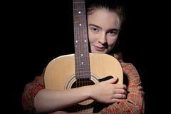 Piękna kobieta ściska jej gitarę Obraz Stock